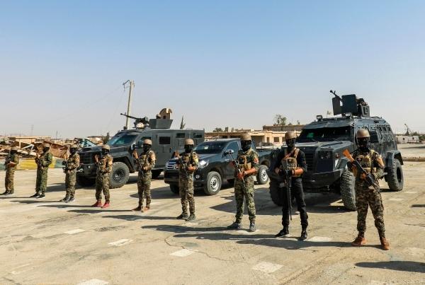 صورة بثتها (أ ف ب) أمس لعناصر من مقاتلي قوات سوريا الديمقراطية.