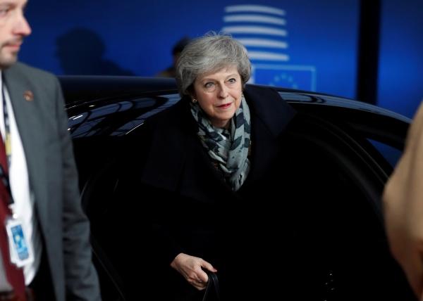 وصول رئيس وزراء بريطانيا في بروكسل أمس (رويترز)