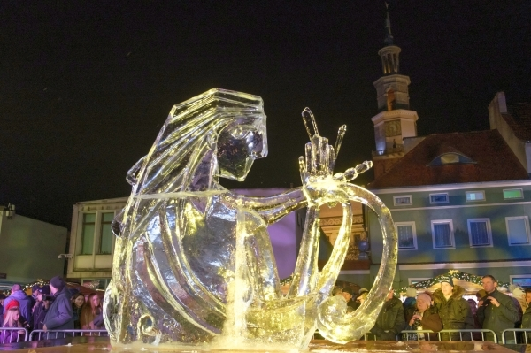 epa07220315 The evening show of the work of the International Ice Sculpture Festival in Poznan, Poland, 09 December 2018. Artists from around the world have traveled to Poznan for the festival. EPA/Jakub Kaczmarczyk POLAND OUT