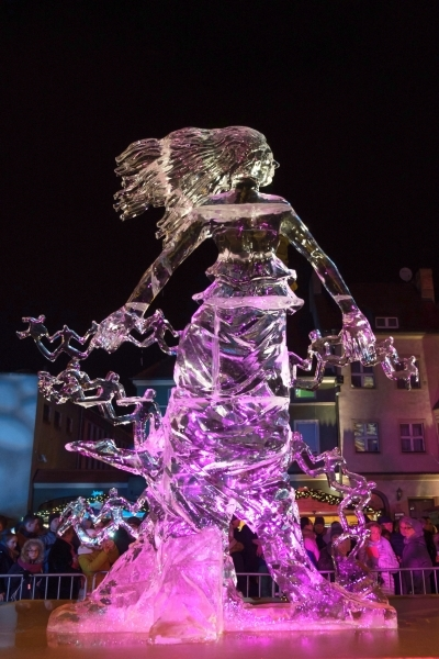 epa07220316 The evening show of the work of the International Ice Sculpture Festival in Poznan, Poland, 09 December 2018. Artists from around the world have traveled to Poznan for the festival. EPA/Jakub Kaczmarczyk POLAND OUT