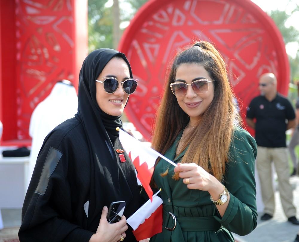 بحرينيتان تحتفلان باليوم الوطني الـ 47 للمملكة. (الرؤية)