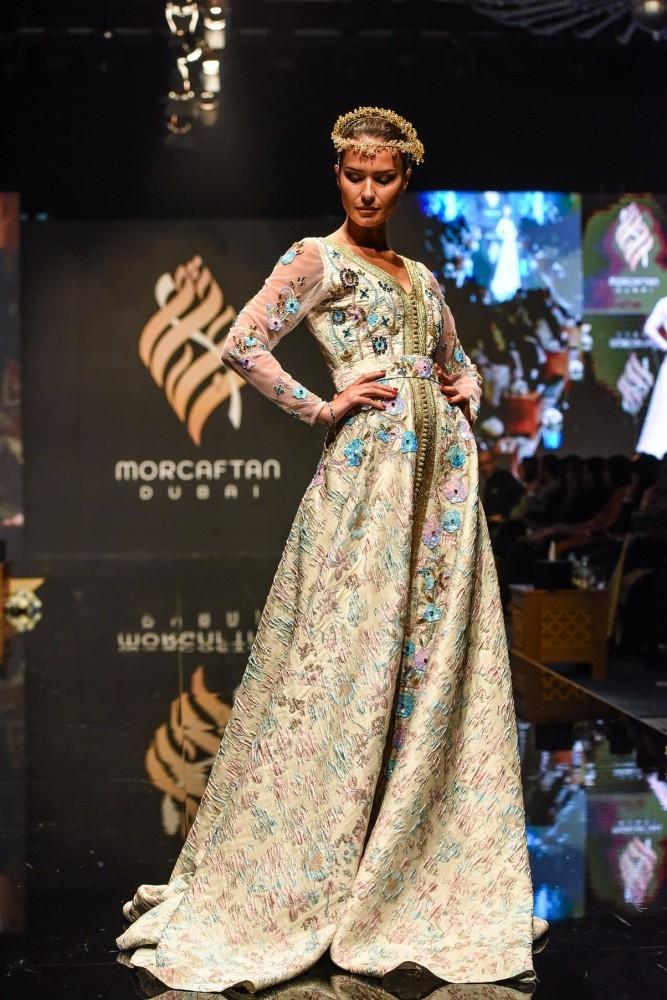 725f2b7145793 استعرضت النسخة الأولى من مهرجان «مور قفطان» التي احتضنتها دبي أخيراً تاريخ  القفطان المغربي، مؤكدة أنه رمز عريق، حيث يعبّر عن ثقافة وجماليات رفيعة  المستوى.