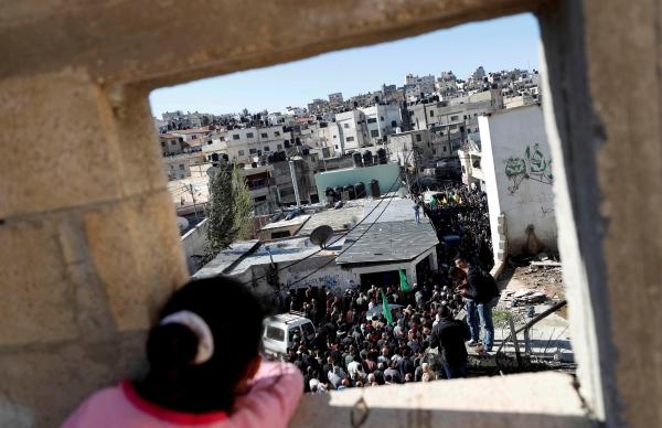 طفلة فلسطينية تتابع جنازة شهيد قرب رام الله. (رويترز)