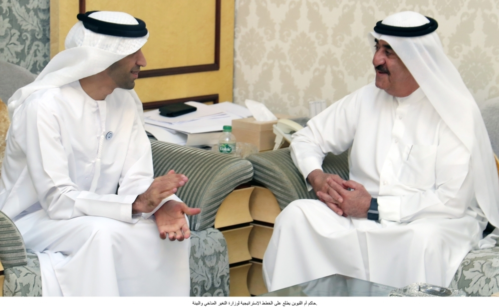 سعود المعلا خلال استقباله ثاني الزيودي أمس في أم القيوين. (وام)