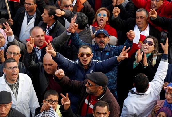 أساتذة جامعيون يطالبون بزيادة أجورهم في تونس. (رويترز)