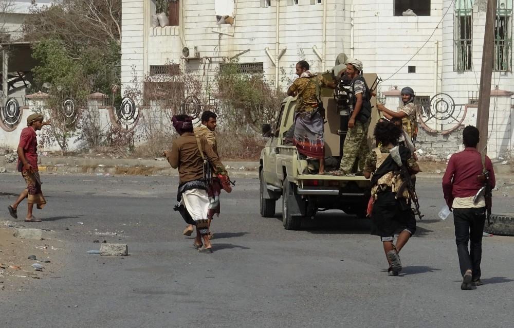 جنود من القوات الشرعية في أحد شوارع الحديدة. (أ ف ب)