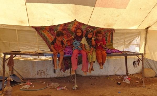 أطفال يمنيون في مخيم للنازحين قرب الخوخة بمحافظة الحديدة. (أ ف ب)