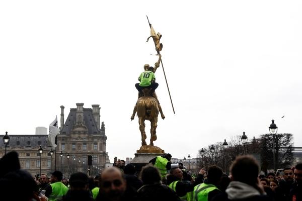 متظاهر فرنسي من السترات الصفراء في ميدان جان دارك أمس (أ ف ب)
