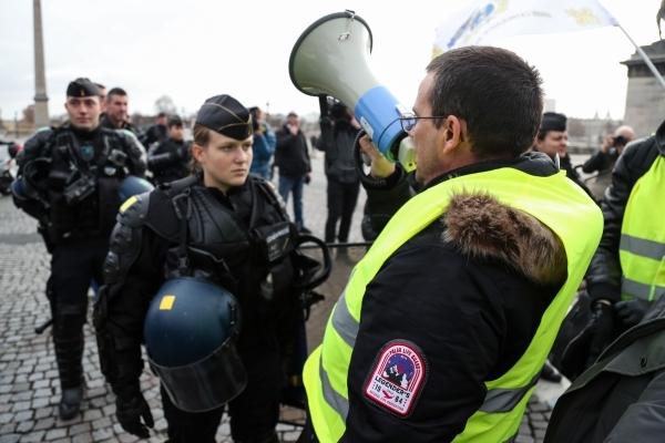 متظاهرون من «السترات الصفراء» بشارع الشانزليزيه في باريس أمس. (أ ف  ب)