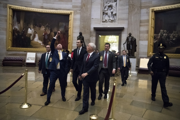 مايك بينس وكوشنر عقب مفاوضات بشأن إغلاق الحكومة الأمريكية. (نيويورك تايمز)