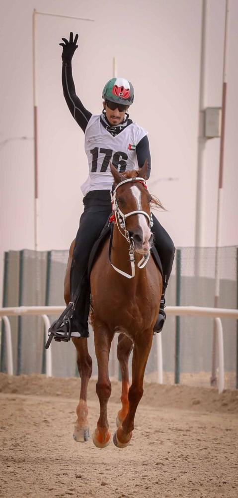 محمد بن منصور بن زايد وحمدان بن منصور بن زايد لدى حضورهما أمس سباق كأس قرية الإمارات العالمية للقدرة بالوثبة. (الرؤية)