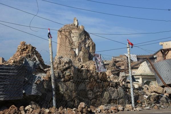 بقايا ماذنة الحدباء في مسجد النوري بالموصل التي فجرها تنظيم داعش. (أ ف ب)