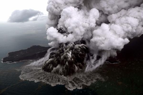 الرماد ينبعث من بركان كراكاتو. (أ ف ب)