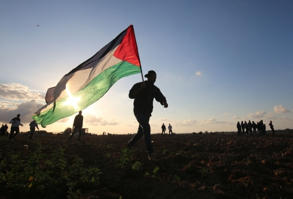 فلسطينيون في مواجهات مع قوات الاحتلال الإسرائيلي جنوبي غزة. (أ ف ب)