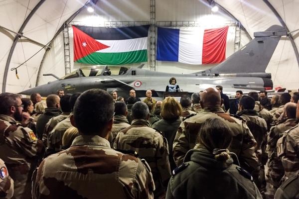 وزيرة الجيوش الفرنسية متحدثة إلى الجنود في قاعدة جوية بالأردن. (أ ف ب)