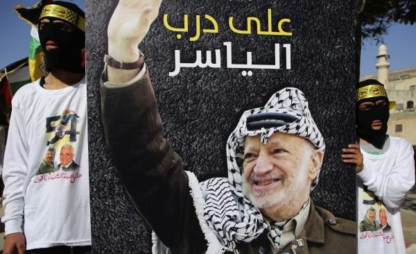مؤيدو حركة فتح يحملون صورة الزعيم الفلسطيني الراحل ياسر عرفات في نابلس أمس. (أ ف ب)
