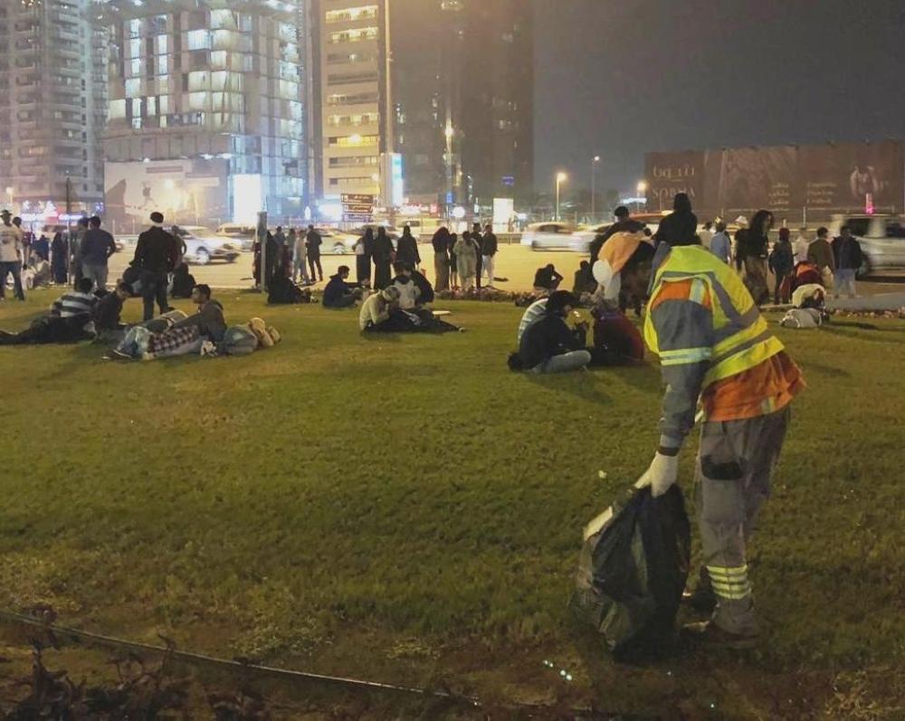 جانب من إزالة النفايات بعد انتهاء احتفالات ليلة رأس السنة في دبي. (الرؤية)