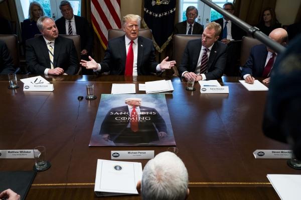 دونالد ترامب أثناء اجتماع مع الوزراء في البيت الأبيض.  (نيوريوك تايمز)