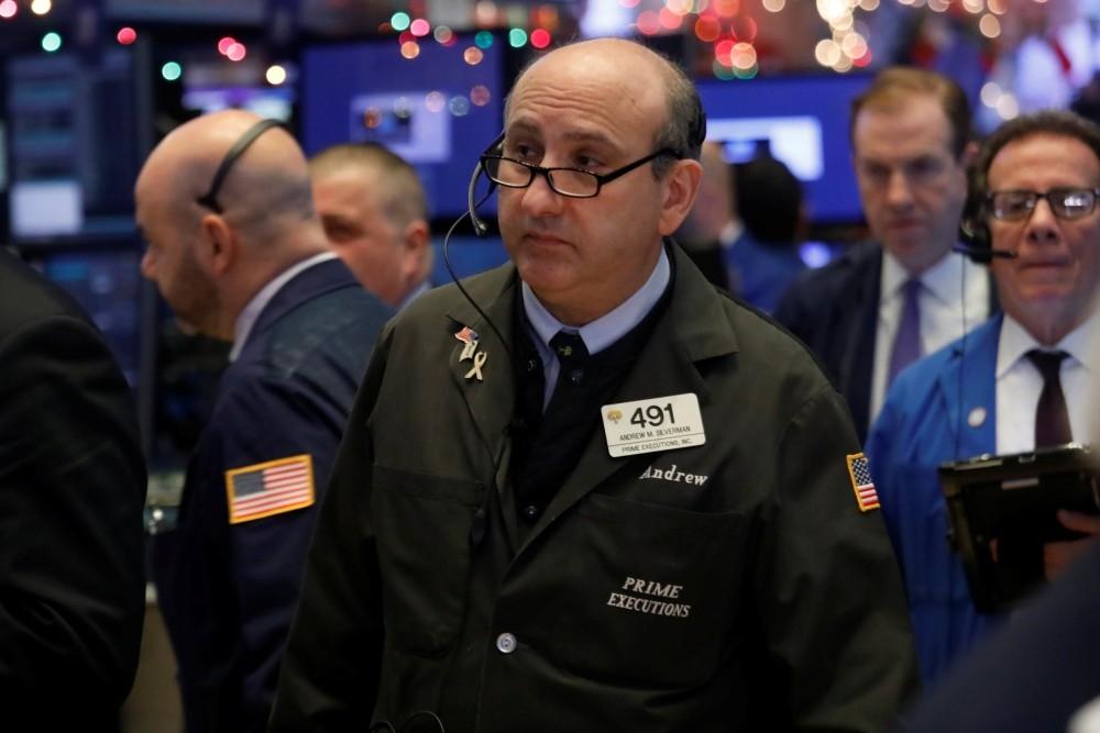 متداولون في بورصة نيويورك يتابعون حركة الأسهم. (رويترز)