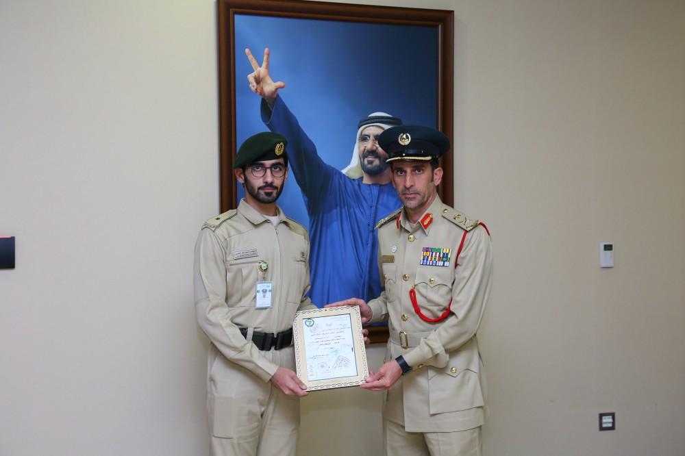 عبد الله خليفة المري مطلعاً على إنجاز سعيد الجابري. (الرؤية)
