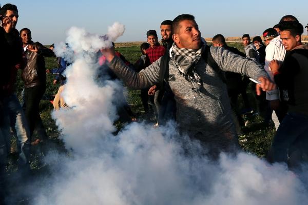 الفلسطينيون يواجهون قمع الاحتلال على حدود غزة أمس ( رويترز).