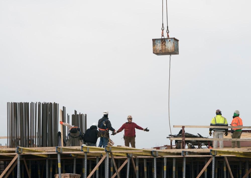 عمال بناء في الجانب الغربي لمانهاتن حيث تشير التوقعات إلى نمو الاقتصاد الأمريكي العام الجاري. (أ ف ب)
