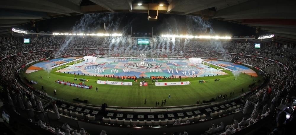 جماهير الأبيض في مدرجات استاد مدينة زايد بأبوظبي قبل مباراة الإمارات والبحرين في افتتاح كأس آسيا أمس. (تصوير: محمد بدر الدين)