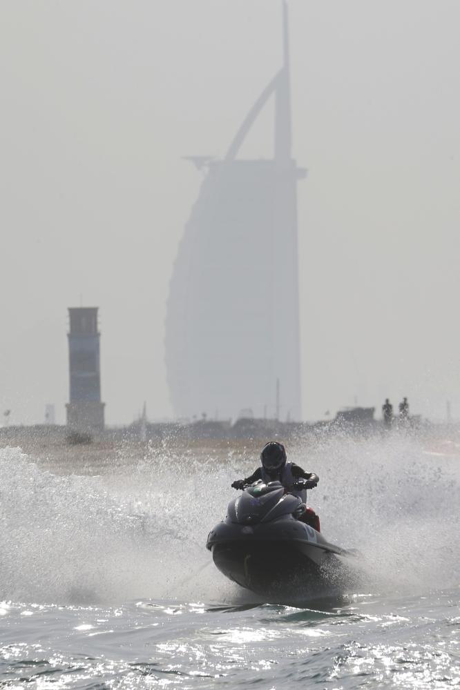 من منافسات سابقة للدرجات المائية في دبي .(الرؤية
