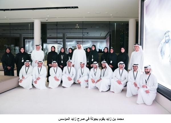 محمد بن زايد خلال زيارته صرح زايد المؤسس في أبوظبي أمس الأول. (تصوير: حمد المنصوري)
