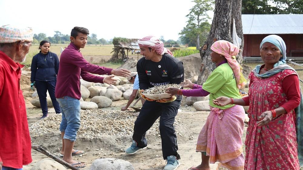 الملازم أول محمد البلوشي أثناء العمل على وضع حجر الأساس لبناء مدرسة في جمهورية نيبال. (الرؤية)