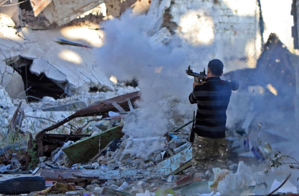 جندي من الجيش الوطني الليبي أثناء اشتباكات مع عناصر إرهابية مسلحة في بنغازي أخيراً. (أ ف ب)