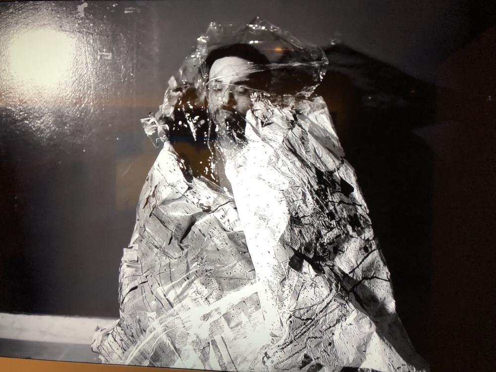 حمدان الشامسي مطالعاً تكوينه الإبداعي ضمن معرض «انعكاسات». (الرؤية)