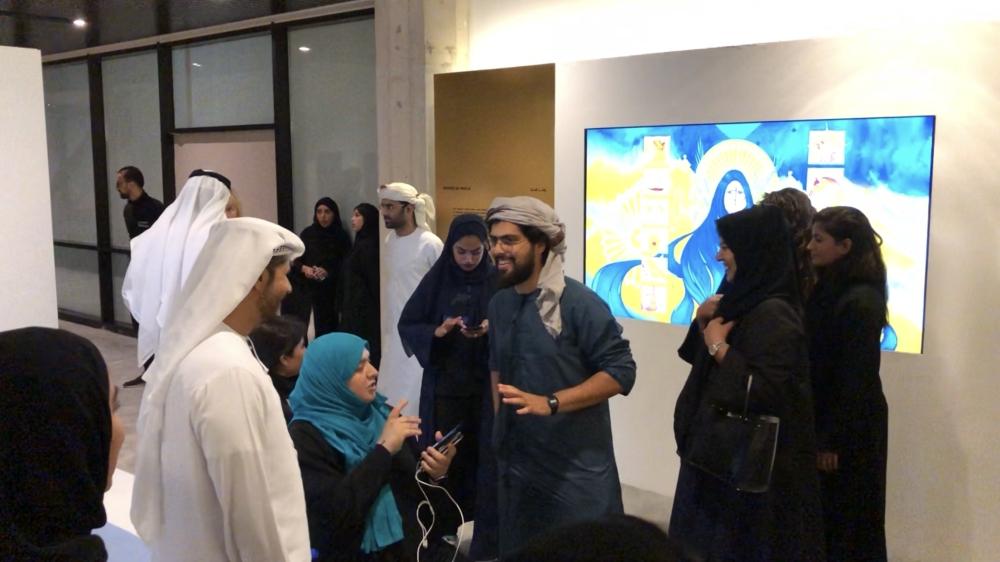 زوار المجمع الثقافي يتعرفون إلى محتويات المعرض.