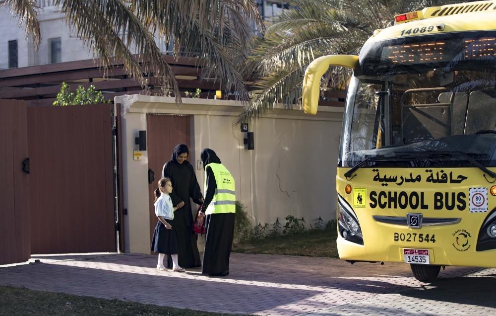 التحقق من سلامة الحافلات المدرسية قبل بداية الفصل الدراسي الجديد. (الرؤية)
