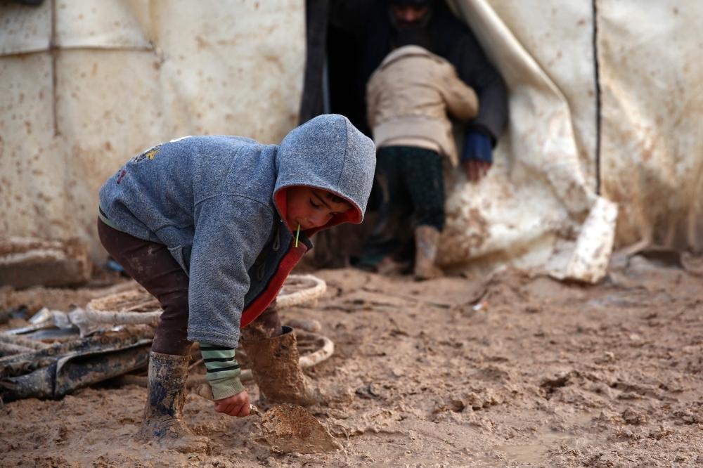 طفل سوري في مخيم للنازحين قرب حلب. (أ ف ب)