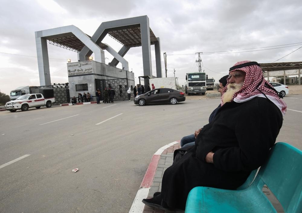 فلسطيني ينتظر على معبر رفح في غزة. (أ ف ب)