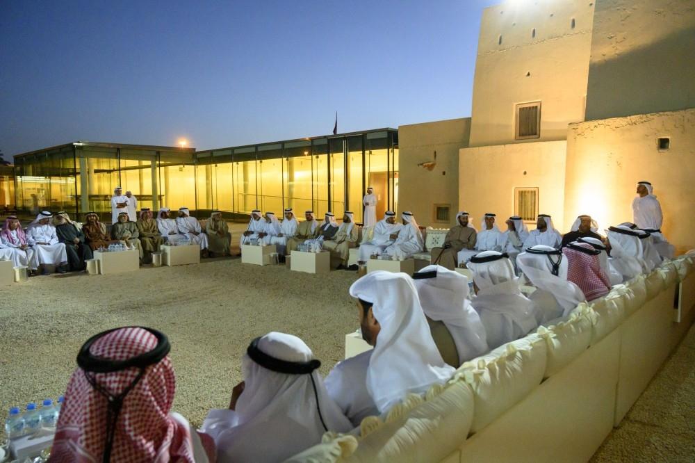 محمد بن زايد أثناء جولة في المعرض المقام بفناء قصر المويجعي. (وام)
