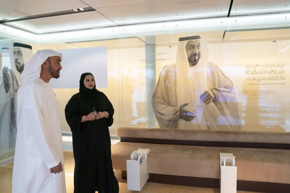 AL AIN, UNITED ARAB EMIRATES - January 16, 2019: HH Sheikh Mohamed bin Zayed Al Nahyan, Crown Prince of Abu Dhabi and Deputy Supreme Commander of the UAE Armed Forces (L) tours Qasr Al Muwaiji exhibition.  ( Mohamed Al Hammadi / Ministry of Presidential Affairs ) ---