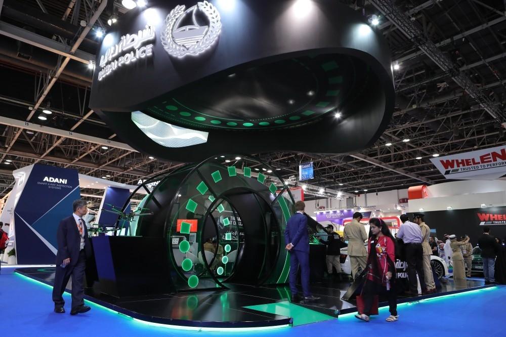 شرطة دبي أثناء عرضها في دبي أحدث ابتكاراتها في «إنترسك» لصناعات الأمن والسلامة والحماية من الحرائق. (الرؤية)