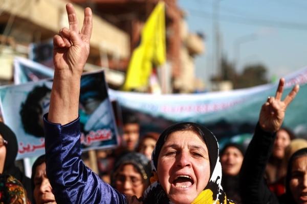 سوريون خلال تظاهرة منددة بالاجتياح التركي لعفرين في الذكرى الأولى للهجوم. (أ ف ب)