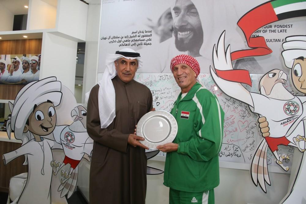 الرميثي مكرماً المشجع العراقي.
