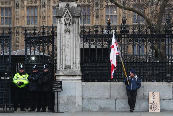 بريطاني معارض لبريكسيت يقف محتجاً أمام البرلمان. (رويترز)