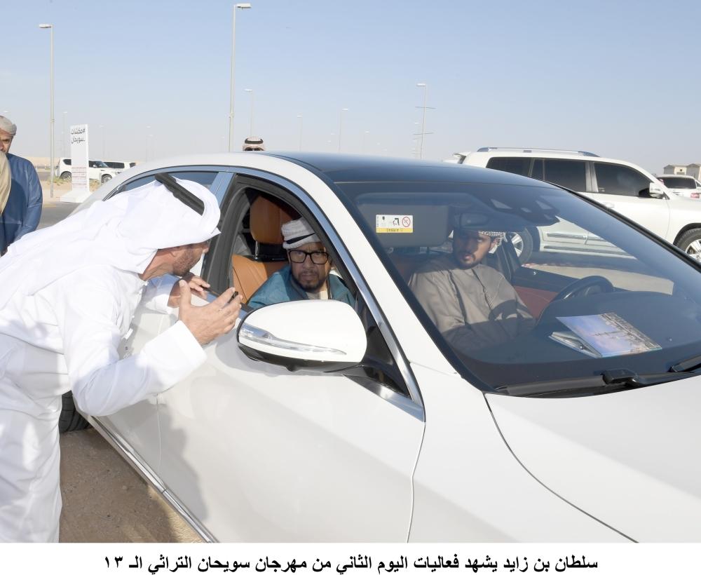 سلطان بن زايد لدى حضوره منافسات اليوم الثاني من مهرجان سويحان التراثي. (وام)