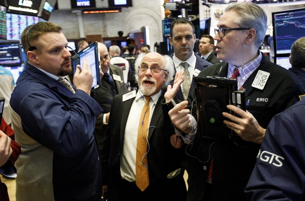 epa07297414 Traders work on the floor of the New York Stock Exchange in New York, New York, USA, 18 January 2019. Stocks were up today as investors reportedly reacted to positive developments in the trade negotiations between the United States and China.  EPA/JUSTIN LANE