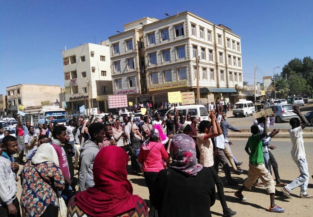 مظاهرات في السودان يقودها شباب احتجاجا على الأوضاع (أ ف ب)