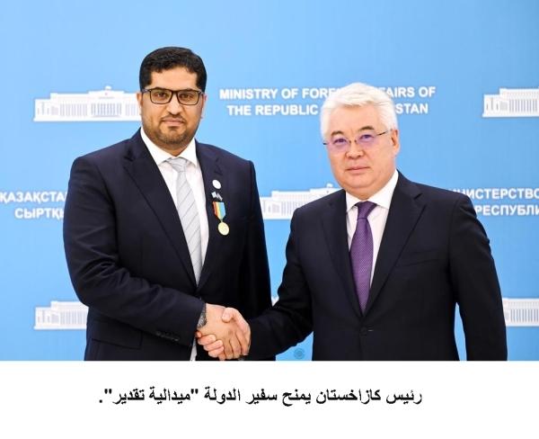 رئيس كازاخستان خلال منحه محمد أحمد ميدالية التقدير. (وام)
