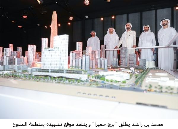 محمد بن راشد مطلعاً على تفاصيل المخطط التطويري للمشروع، بحضور منصور بن محمد. (وام)