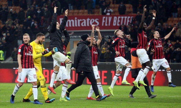 epa07330550 Milan's players celebrate at the end of the Italy Cup quarter-finals soccer match between AC Milan and SSC Napoli at the Giuseppe Meazza stadium in Milan, Italy, 29 January 2019. EPA/MATTEO BAZZI