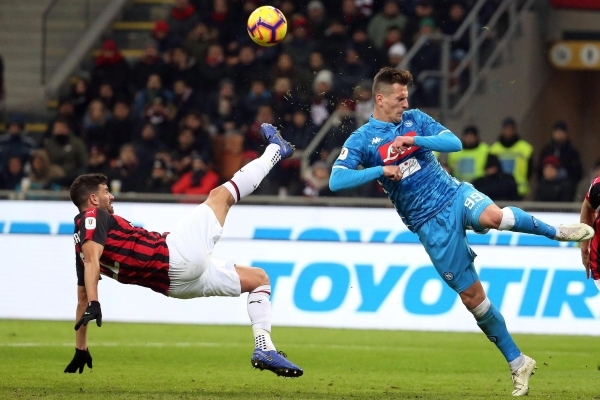 epa07330525 Milan's Mateo Musacchio (L) and Napoli's Arkadiusz Milik in action during the Italy Cup quarter-finals soccer match between AC Milan and SSC Napoli at the Giuseppe Meazza stadium in Milan, Italy, 29 January 2019. EPA/MATTEO BAZZI