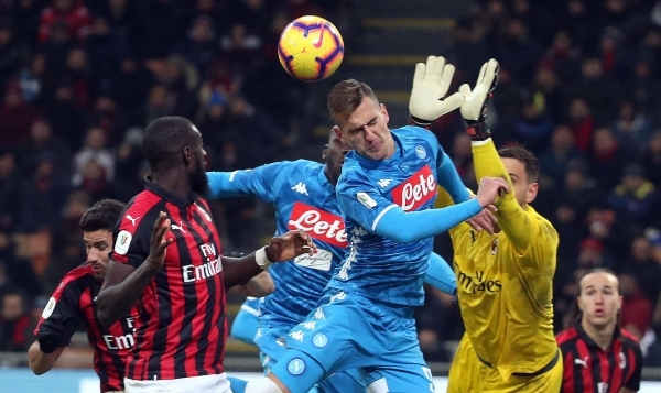 epa07330489 Milan's goalkeeper Gianluigi Donnarumma (R) and Napoli's Arkadiusz Milik (C) in action during the Italy Cup quarter-finals soccer match between AC Milan and SSC Napoli at the Giuseppe Meazza stadium in Milan, Italy, 29 January 2019. EPA/MATTEO BAZZI
